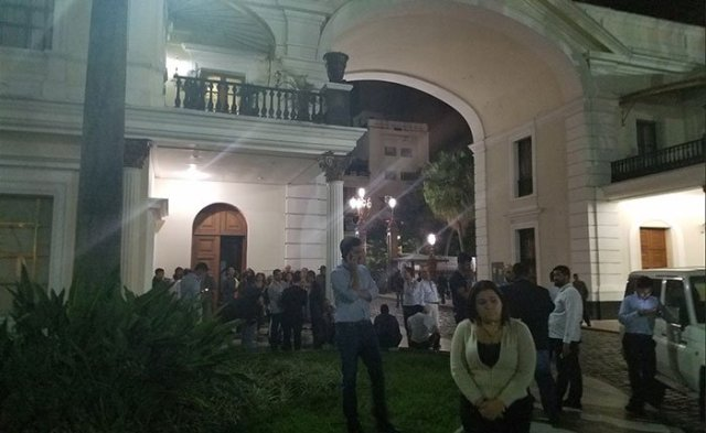 Diputados y periodistas en las inmediaciones de la AN. Foto Captura de Twitter
