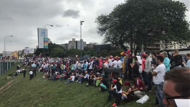 Manifestantes concentrados en la Francisco Fajardo frente a la Carlota / Foto: Gabriela Gómez - La Patilla