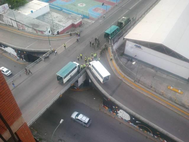 Puente 9 de diciembre con presencia policial / Foto: @moralba3m