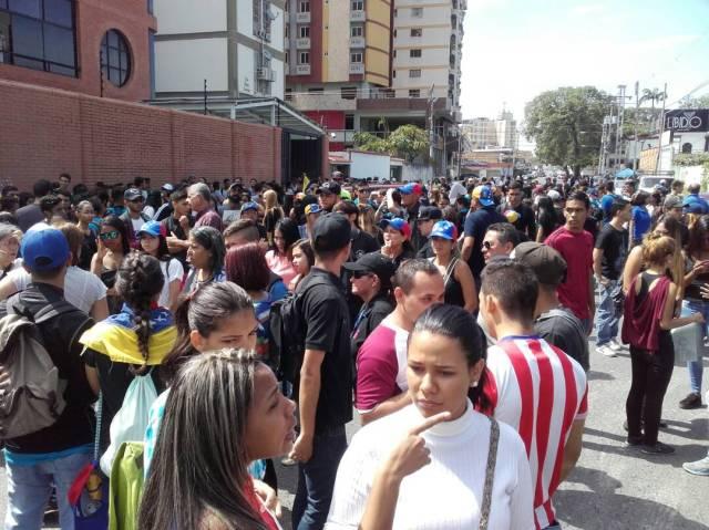 Foto:Compañeros de Fabian Urbina se concentran en puertas del Iutar /Cortesía