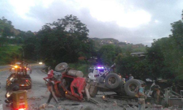 Una gandola volcó en Tazón al colisionar con un objeto fijo / Foto: Jorge Galindo