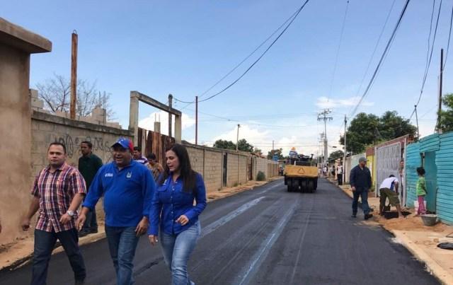 Eveling de Rosales inspecciona trabajos de asfaltado en sector Guanipa Matos
