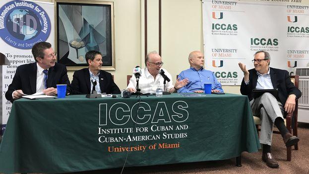 Intelectuales latinoamericanos reunidos en la Casa Bacardí disertan sobre la política del presidente Donald Trump hacia Cuba. (14ymedio)