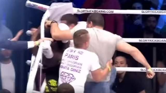 Dos fanáticos no tuvieron reparo en subir al ring para golpear al luchador