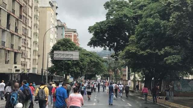 Manifestantes concentrados en la Francisco Fajardo frente a la Carlota / Foto: Andrea Gómez - La Patilla
