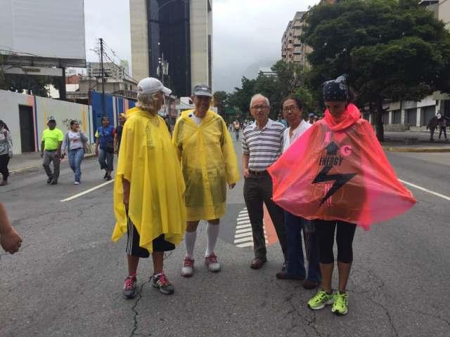 Manifestantes concentrados en la Francisco Fajardo frente a la Carlota / Foto: Regulo Gómez - La Patill
