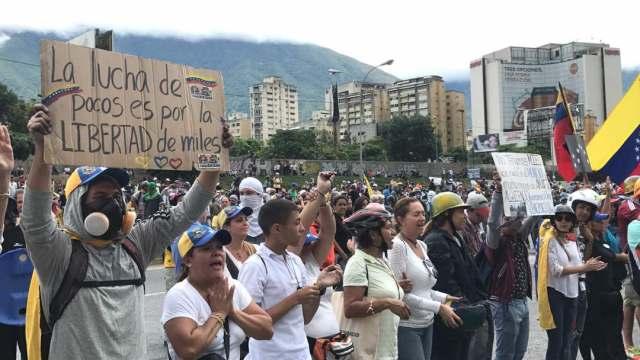 Manifestantes concentrados en la Francisco Fajardo frente a la Carlota / Foto: Regulo Gómez - La Patilla