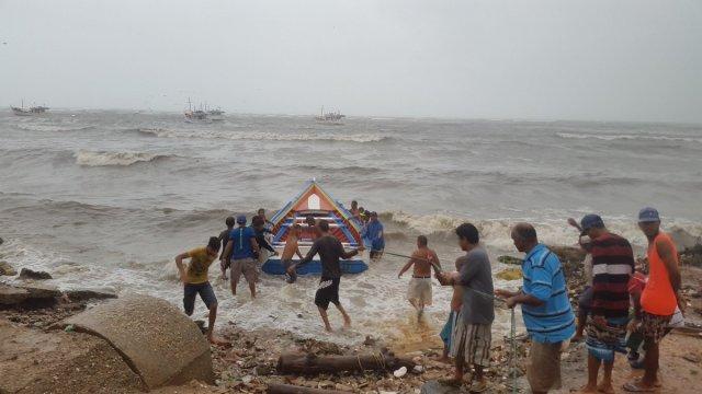 Pescadores en playa Los Cocos intentan recuperar una embarcación / Foro: Alcaldía de Mariño