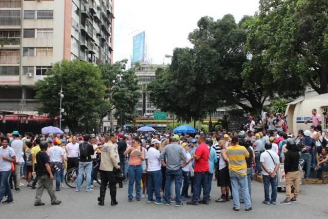Manifestantes concentrados en el Unicentro el Marqués para movilizarse hasta VTV / Foto: Régulo Gómez - La Patilla