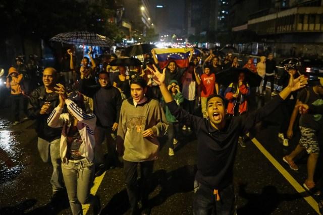 CAR12. CARACAS (VENEZUELA), 20/06/2017 - Un grupo de personas participa en una manifestación hoy, martes 20 de junio del 2017, en Caracas (Venezuela). Decenas de venezolanos se congregaron para marchar hasta la sede la Organización de Estados Americanos para honrar al joven Fabián Urbina, que recibió un balazo en el pecho durante una manifestación opositora celebrada en la capital venezolana. EFE/MIGUEL GUTIÉRREZ