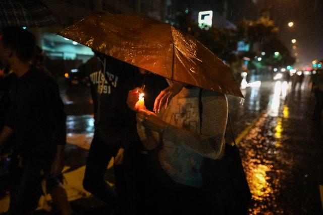 CAR001. CARACAS (VENEZUELA), 20/06/2017 - Un grupo de personas participa en una manifestación hoy, martes 20 de junio del 2017, en Caracas (Venezuela). Decenas de venezolanos se congregaron para marchar hasta la sede la Organización de Estados Americanos para honrar al joven Fabián Urbina, que recibió un balazo en el pecho durante una manifestación opositora celebrada en la capital venezolana. EFE/MIGUEL GUTIERREZ