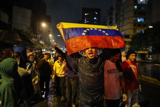 CAR16. CARACAS (VENEZUELA), 20/06/2017 - Un grupo de personas participa en una manifestación hoy, martes 20 de junio del 2017, en Caracas (Venezuela). Decenas de venezolanos se congregaron para marchar hasta la sede la Organización de Estados Americanos para honrar al joven Fabián Urbina, que recibió un balazo en el pecho durante una manifestación opositora celebrada en la capital venezolana. EFE/MIGUEL GUTIERREZ