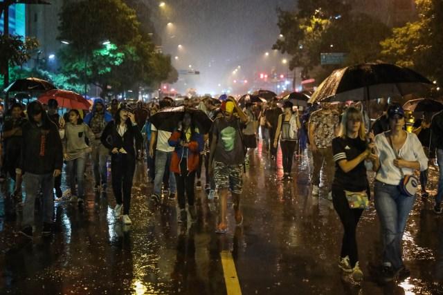 CAR12. CARACAS (VENEZUELA), 20/06/2017 - Un grupo de personas participa en una manifestación hoy, martes 20 de junio del 2017, en Caracas (Venezuela). Decenas de venezolanos se congregaron para marchar hasta la sede la Organización de Estados Americanos para honrar al joven Fabián Urbina, que recibió un balazo en el pecho durante una manifestación opositora celebrada en la capital venezolana. EFE/MIGUEL GUTIERREZ