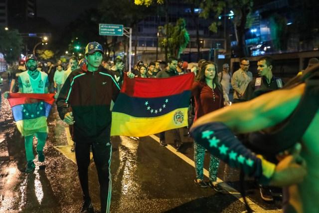 CAR18. CARACAS (VENEZUELA), 20/06/2017 - Un grupo de personas participa en una manifestación hoy, martes 20 de junio del 2017, en Caracas (Venezuela). Decenas de venezolanos se congregaron para marchar hasta la sede la Organización de Estados Americanos para honrar al joven Fabián Urbina, que recibió un balazo en el pecho durante una manifestación opositora celebrada en la capital venezolana. EFE/MIGUEL GUTIERREZ