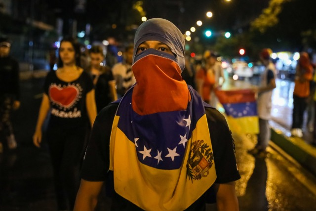 CAR17. CARACAS (VENEZUELA), 20/06/2017 - Un grupo de personas participa en una manifestación hoy, martes 20 de junio del 2017, en Caracas (Venezuela). Decenas de venezolanos se congregaron para marchar hasta la sede la Organización de Estados Americanos para honrar al joven Fabián Urbina, que recibió un balazo en el pecho durante una manifestación opositora celebrada en la capital venezolana. EFE/MIGUEL GUTIERREZ