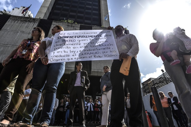 General Prosecutor's office employees demonstrate in support of Attorney General Luisa Ortega in Caracas on June 19 , 2017.   Venezuela's Supreme Court on Friday rejected a bid to put on trial several senior judges accused of favoring embattled President Nicolas Maduro as he clings to power in the face of deadly unrest. / AFP PHOTO / JUAN BARRETO