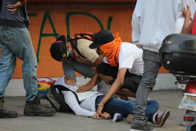 Personas afectadas tras la represión de la GNB en la Plaza Francia en Altamira, Foto: Lapatilla /Régulo Gómez