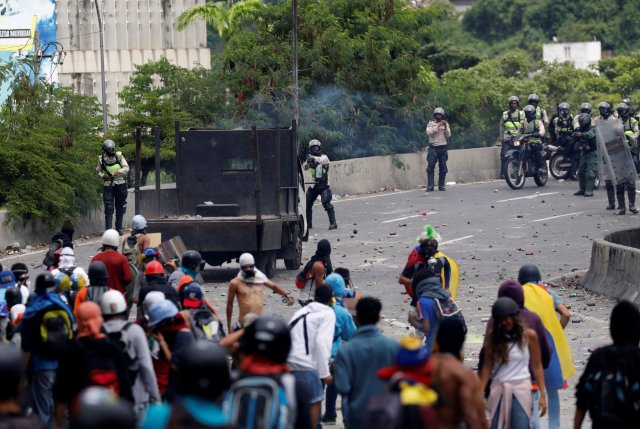 Demonstrators clash with riot security forces while rallying against Venezuela's President Nicolas Maduro in Caracas, Venezuela June 5, 2017. REUTERS/Carlos Garcia Rawlins