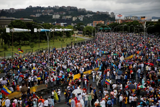 Manifestación de la oposición frente a la Base Aérea La Carlota en Caracas, Venezuela, este 24 de junio de 2017 / Reuters