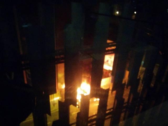 Grupos vandálicos tomaron al menos dos autobuses y los quemaron en Altamira. Foto: Andrea Sandoval / LaPatilla.com