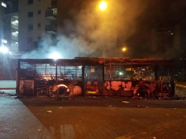 Grupos vandálicos tomaron al menos dos autobuses y los quemaron en Altamira. Foto: Manuel Trujillo