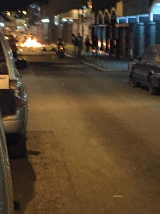 Manifestantes cierran el paso en la avenida Francisco de Miranda a la altura de Chacao. Foto: Dereck Blanco