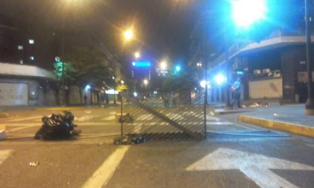 Manifestantes cierran paso con barricadas en Chacao. Foto: LaPatilla.com