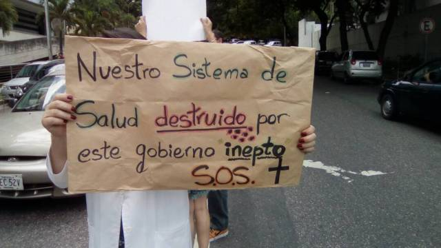 Médicos de Carabobo protestan por condiciones del sistema de salud en Venezuela // Foto @rafaelrumbosgil