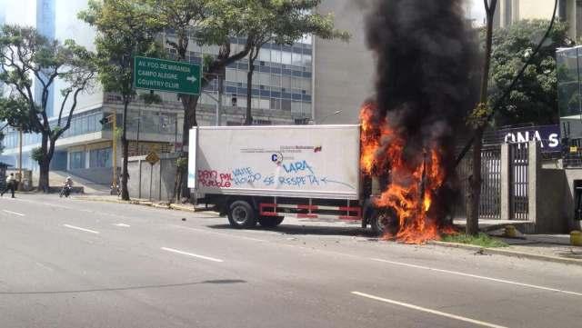 Camión quemado frente a la ONA en El Rosal / Foto @pamelatoledo28