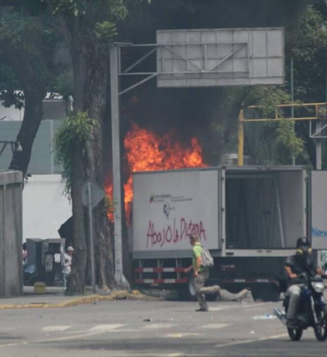 Un camión fue quemado en El Rosal, Caracas. Foto: Régulo Gómez / LaPatilla.com