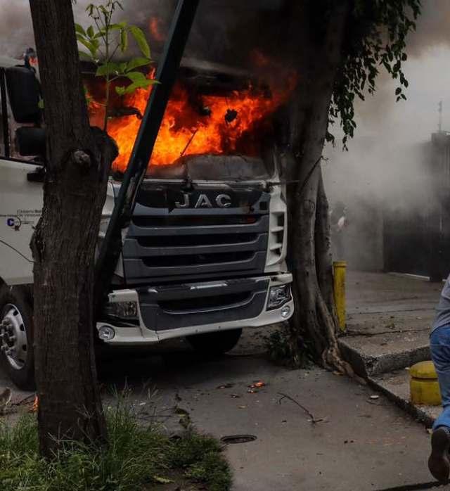Un camión fue quemado en El Rosal. Foto: Miguel Gutiérrez / EFE