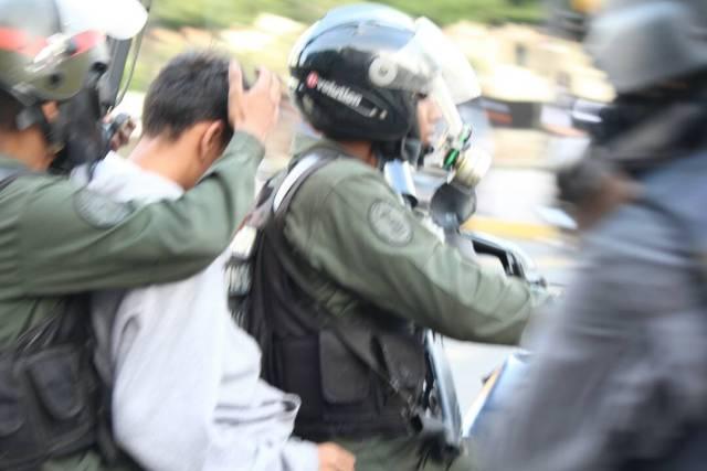GNB cubriendo el rostro de un manifestante detenido en Altamira. Foto: Régulo Gómez / LaPatilla.com