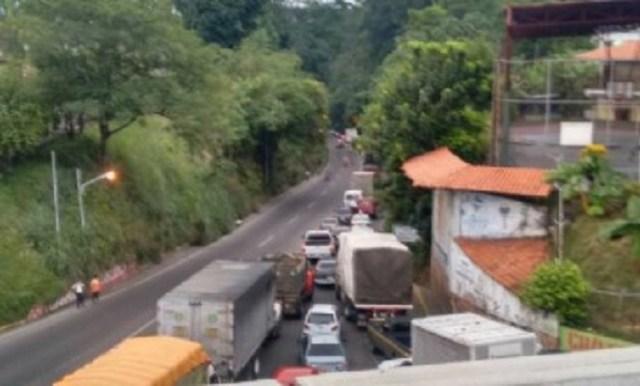 Tranca de camiones en El Vigía, estado Mérida / Foto @leoperiodista