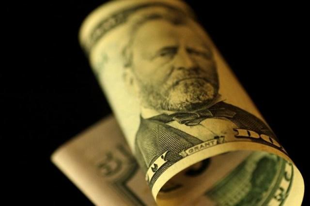 Un billete de 50 dolares estadounidenses. 22 de junio 2017 illustration photo. El dólar cerró estable el jueves ante una canasta de divisas y se mantuvo cerca del máximo de un mes al que llegó a comienzos de esta semana, porque la baja en los rendimientos de los bonos estadounidenses contrarrestó indicadores económicos que estuvieron en línea con lo esperado. REUTERS/Thomas White/Illustration - RTS1858M