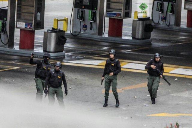 GNB disparando contra manifestantes en adyacencias del CCCT. Foto: @hcapriles