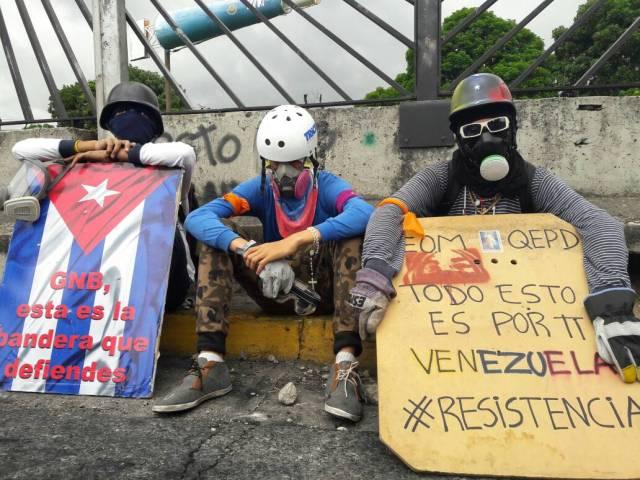 Manifestantes concentrados en la Francisco Fajardo frente a la Carlota / Foto: Eduardo de la Concha - La Patilla