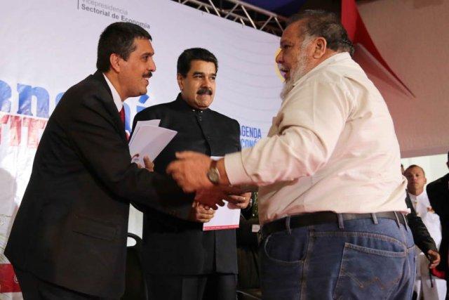 El presidente Nicolás Maduro, junto al ministro de Economía y Finanzas, Ramón Lobo, entregan financiamientos al sector productivo (Foto: @PresidencialVen)