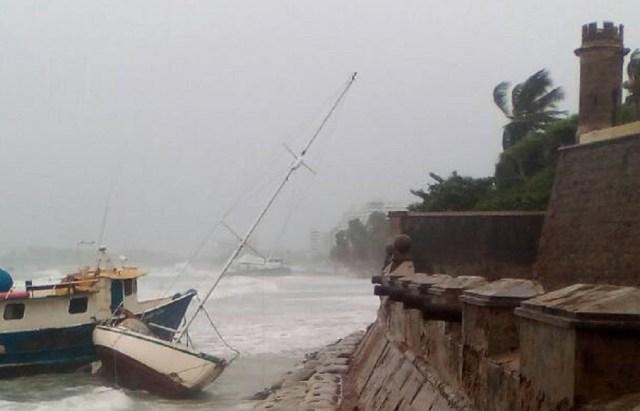 Embarcación que se le soltaron los amarres y chocó contra el Castillo de Pampatar, en Margarita / Foto @galindojorgemij