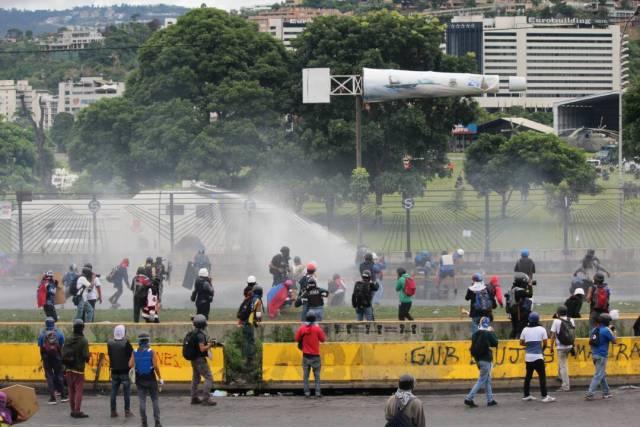 Reprimieron a manifestantes en la Fajardo: Varios afectados por lacrimógenas. Foto: Régulo Gómez / LaPatilla.com