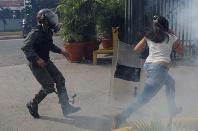 Cuerpos de seguridad redoblan la represión en las marchas. La resistencia sigue. REUTERS/Marco Bello