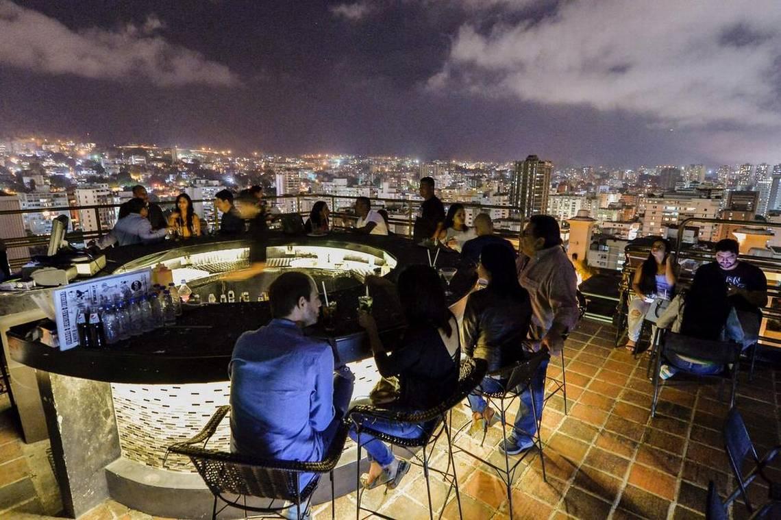 Un grupo de personas en un club nocturno en Caracas, Venezuela, el 25 de mayo de 2017. LUIS ROBAYO/ AFP