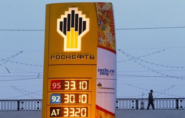 Imagen de archivo del logo de Rosneft en una estación de servicio en Moscú. 12 de noviembre 2013. El principal productor de crudo de Rusia, Rosneft, obtendrá 70.000 barriles por día (bpd) de exportaciones petroleras este año desde Venezuela bajo los términos de un acuerdo de préstamo con la estadounidense Citgo, dijo el viernes el ministro venezolano de Petróleo, Nelson Martínez.       REUTERS/Maxim Shemetov/File Photo