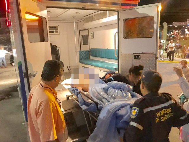 Momento en que el joven es trasladado hacia otro centro asistencial en la ciudad de Valencia. Foto: @DanyCosmoVenezuela