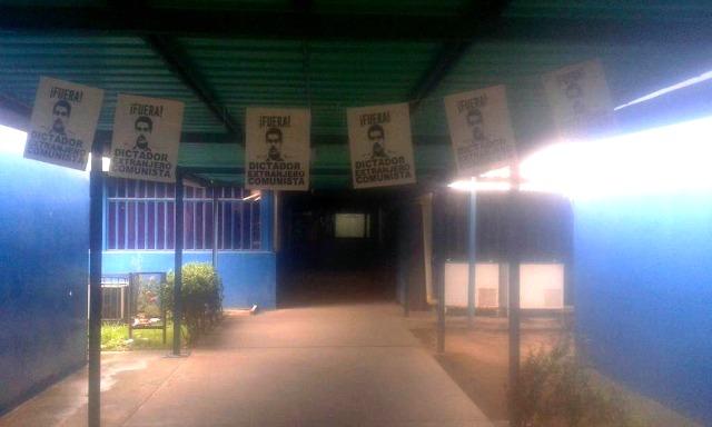 Foto: En la Uneg cuelgan carteles en rechazo a Nicolás Maduro /  @UnegInfo