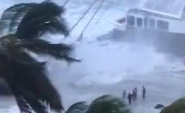 Rescatistas tratan de ayudar a personas dentro de un velero / Foto captura video