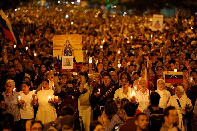Opositores realizaron una vigilia en honor a Neomar Lander.  REUTERS/Ivan Alvarado     TPX IMAGES OF THE DAY