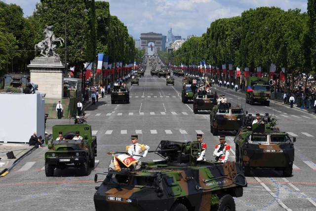 French troops parade during the annual Bastille Day military parade on the Champs-Elysees avenue in Paris on July 14, 2017. The parade on Paris's Champs-Elysees will commemorate the centenary of the US entering WWI and will feature horses, helicopters, planes and troops. / AFP PHOTO / ALAIN JOCARD