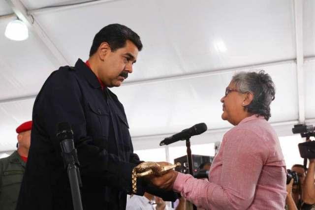 Maduro otorgó una réplica de la espada del Libertador a los funcionarios bolivarianos sancionados por el Gobierno de EEUU. Foto: @presidencialven