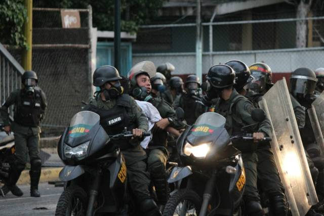Represión brutal con detenidos en Chacao mientras Maduro transmitía cadena grabada. Foto: Régulo Gómez / LaPatilla.com