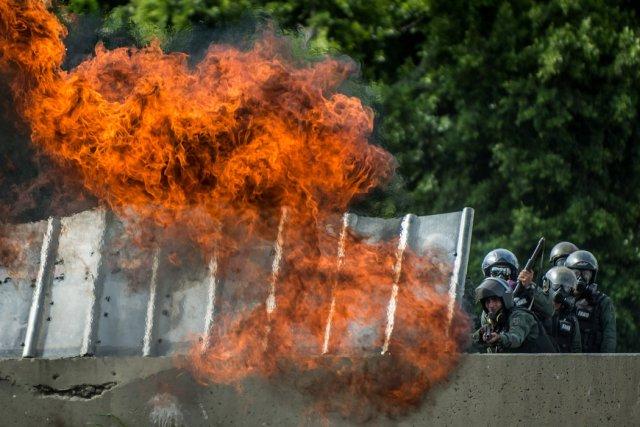 El estallido de una bomba molotov lanzada contra oficiales de la Fuerza Armada Nacional Bolivariana que disparaban gases lacrimógenos y perdigones durante una manifestación en Caracas. Credit Meridith Kohut para The New York Times